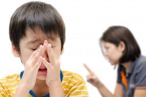 brigar com o filho em público