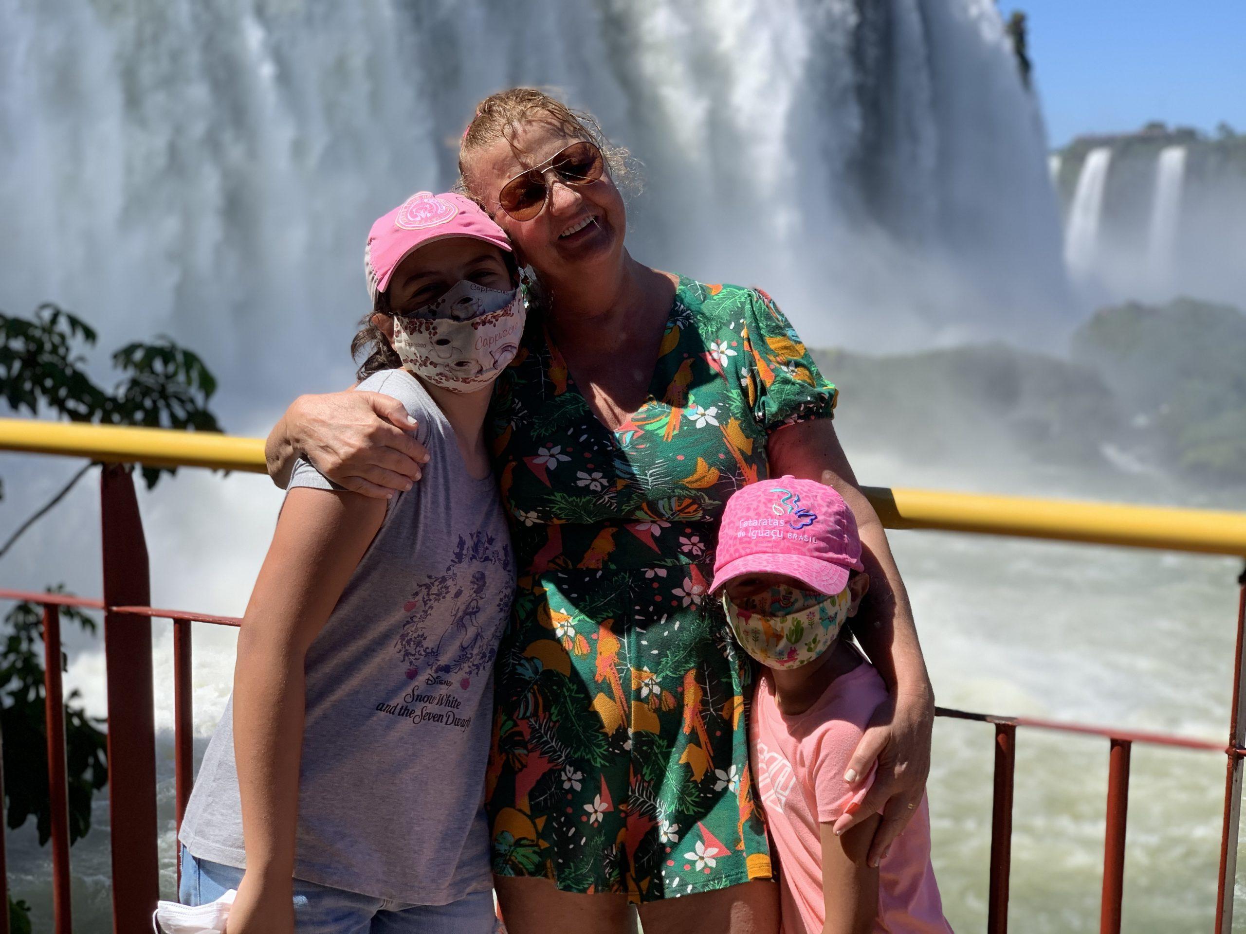 Nesse mês de fevereiro/21, nos visitamos Foz do Iguaçu com as crianças (Ana Júlia, aos 6 e Manuela, aos 12). Fizemos vários passeios legais. Abaixo eu conto resumidamente como foi visitar as Cataratas do Iguaçu com crianças.
